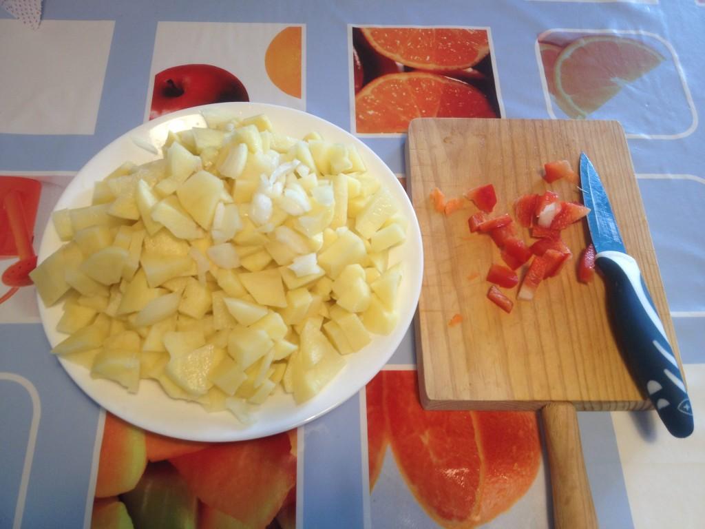 gehackte Kartoffeln, Zwiebel und rote Paprika, vejer-by-manuel.com